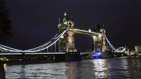 Torenbrug in brede de nachtmening van Londen stock videobeelden