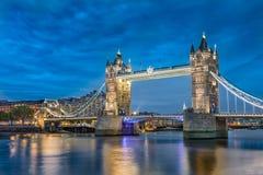 Torenbrug een iconisch symbool van Londen bij nacht in Engeland. Stock Foto