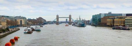 Torenbrug en HMS Belfast op Rivier Theems Stock Foto