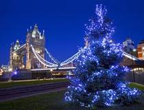 Torenbrug en Kerstboom in Londen Stock Afbeelding