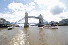 Torenbrug Londen, en peddelstoomboot op de rivier Theems Stock Foto's