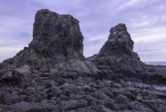 Torenhoge rotsen at low tide Royalty-vrije Stock Foto
