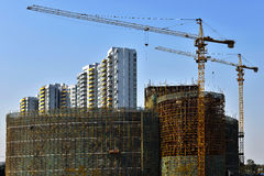 Torenkraan in bouwwerf, in de bouw van grote gebouwen Stock Afbeeldingen