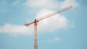 Torenkraan in bouwwerf over blauwe hemel met wolken Stock Afbeeldingen