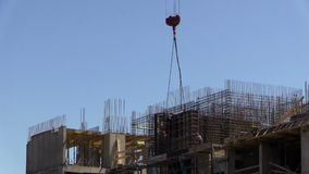 Torenkranen bij de bouw stock footage