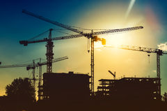 Torenkranen op industriële bouwwerf Nieuwe districtsontwikkeling en de wolkenkrabberbouw Royalty-vrije Stock Foto's