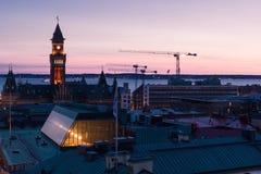 Torenkranen op nachtstad van Helsinborg Stock Afbeeldingen
