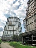 Torens bij een elektrische centrale stock afbeelding