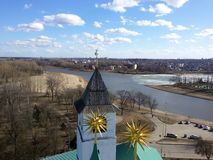 Torens en architecturale elementen van het oude Kremlin op de achtergrond van de hoogste die mening van de stad, op de banken wor royalty-vrije stock fotografie
