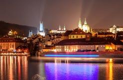 Torens en gebouwen van Praag bij nacht Stock Afbeelding