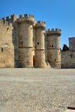 Torens en kantelen van de Orde van het Ridderskasteel in Rhodos Stock Afbeeldingen