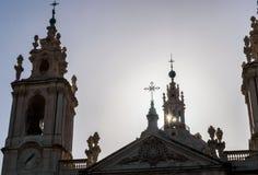 Torens en koepel van de Basiliek van de Ster met zon om te glanzen, Estrela - Lissabon, Portugal stock foto