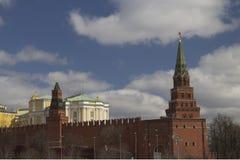 Torens en muren van Moskou het Kremlin royalty-vrije stock foto