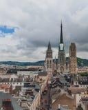 Torens en voorfaã§ade van de Kathedraal van Rouen over middeleeuwse straat en gebouwen van het stadscentrum van Rouen, Frankrijk stock foto's
