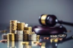 Torens met euro muntstukken en rechtvaardigheidshamer op de achtergrond royalty-vrije stock afbeelding