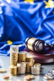 Torens met euro muntstukkenvlag van Europese Unie en rechtvaardigheidshamer op de achtergrond royalty-vrije stock afbeelding