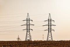 Torens met hoog voltage stock afbeeldingen