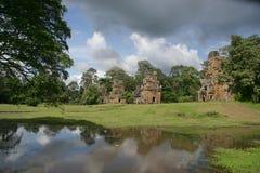 Torens van Angkor en vijver Royalty-vrije Stock Afbeeldingen
