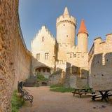 Torens van binnenplaats van Kokorin-kasteel op Kokorinsko-landschapsgebied in herfst Tsjechische republiek bij ochtend worden gez Royalty-vrije Stock Foto's