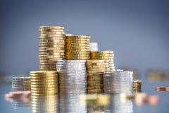 Torens van de euro die muntstukken in verschillende posities worden gestapeld stock foto's
