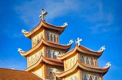 Torens van de Katholieke Kerk in Vietnam royalty-vrije stock afbeeldingen