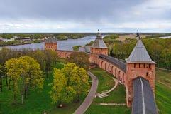 Torens van de vesting van Novgorod het Kremlin in Veliky Novgorod, Rusland - de panoramische kleurrijke mening van het vogelsoog Royalty-vrije Stock Fotografie