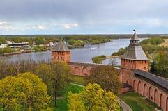Torens van de vesting van Novgorod het Kremlin in Veliky Novgorod, Rusland - de panoramische kleurrijke mening van het vogelsoog Royalty-vrije Stock Foto
