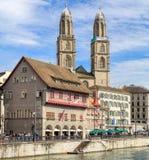 Torens van Grossmunster met een banner Stock Fotografie