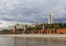 Torens van het Kremlin, een mening van de waterkant Stock Afbeelding