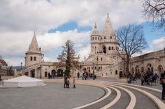 Torens van het Vissers` s Kasteel gelegen aan de Buda-bank van de Donau in Boedapest, Hongarije Stock Afbeeldingen