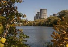 Torens van kernenergieinstallatie Stock Foto's