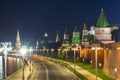 Torens van Moskou het Kremlin langs Kremlevskaya-dijk bij nacht, Rusland royalty-vrije stock fotografie