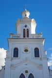 Torenspits van een oude koloniale kerk Stock Foto's