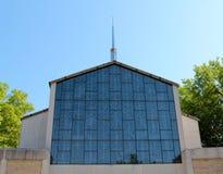 Torenspits van Kathedraal met Mooi Gebrandschilderd glasvenster. Royalty-vrije Stock Afbeeldingen