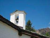 Torenspits van kleine kerk in een dorp op de bergen Royalty-vrije Stock Foto