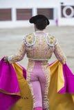 Torero con el capote o cabo en la plaza de toros de Linares, Andalucía, España Fotografía de archivo