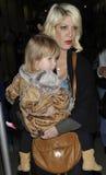 Tores d'actrice orthographiant avec le descendant à l'aéroport de LAX Image libre de droits