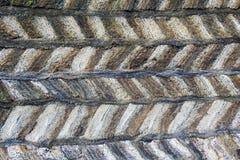 Torfstruktur des traditionellen isländischen Rasenbaus gemacht von festgeklemmten Blöcken mit Streifen zwischen den Schichten lizenzfreies stockfoto