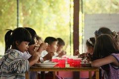 Torftig missgynnad barnhemlöshet för bedrövliga barn Arkivfoton