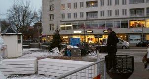 Torg di Gustav Adolfs pronto per la festa di Natale con la statua del ghiaccio stock footage