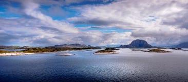 Torghatten - la montagna con un foro in  Fotografie Stock Libere da Diritti