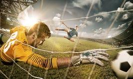 Torhüter in den Toren, die zu anziehendem Ball springen lizenzfreie stockfotos