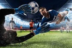 Torhüter fängt den Ball im Stadion stockfoto