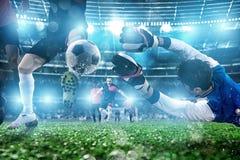 Torh?ter f?ngt den Ball im Stadion w?hrend eines Fu?ballspiels stockfotos