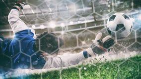 Torh?ter f?ngt den Ball im Stadion w?hrend eines Fu?ballspiels stockbild