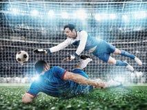 Torh?ter f?ngt den Ball im Stadion w?hrend eines Fu?ballspiels stockfoto