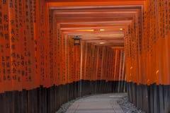 Tori auf Inari-Schrein Stockfotos