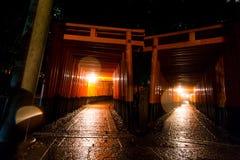 Tori Gate vermelha no santuário de Fushimi Inari, Kyoto Fotos de Stock