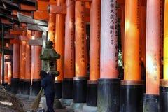 torii行在Fushimi Inari寺庙的, torii由公司或商人主办 库存图片