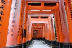 torii πυλών Η λάρνακα Fushimi Inari Taisha Inari Fushimi Κιότο Ιαπωνία Στοκ Φωτογραφία